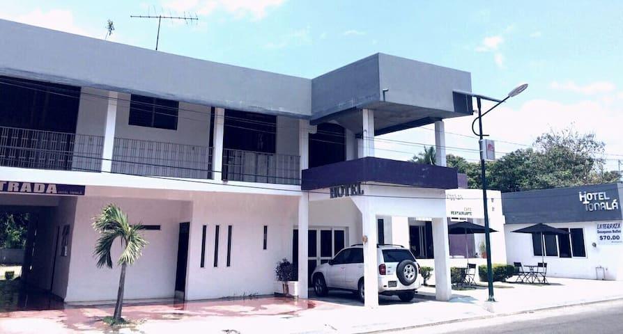 Habitación 3 camas Hotel Tonala Chiapas