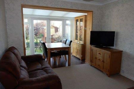Single room in homely flat - Sutton - Apartment