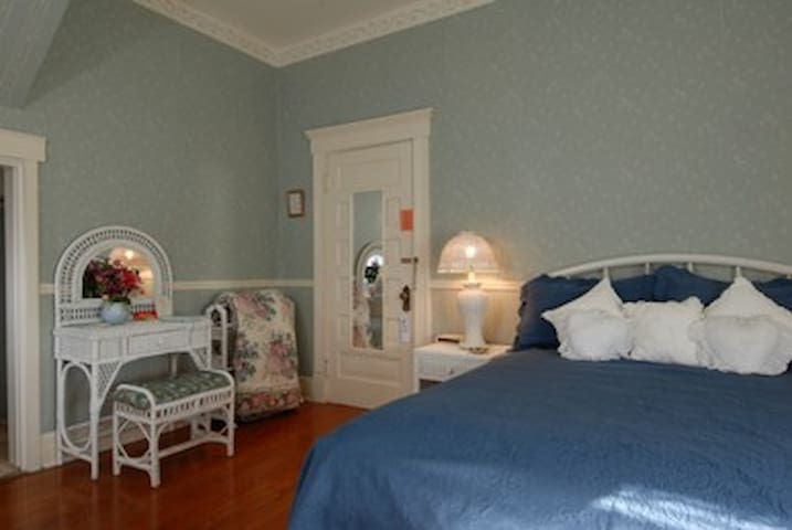 Grey Swan's Wicker Room w/bkfast included - Blackstone - Bed & Breakfast