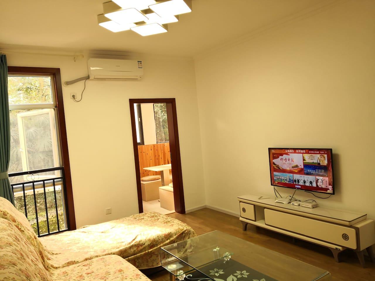 客厅有空调、电视、沙发、茶几