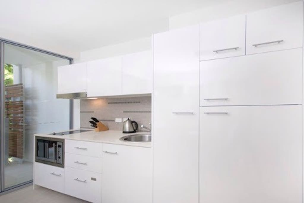 Fully equipped kitchen with dishwasher and full size refrigerator
