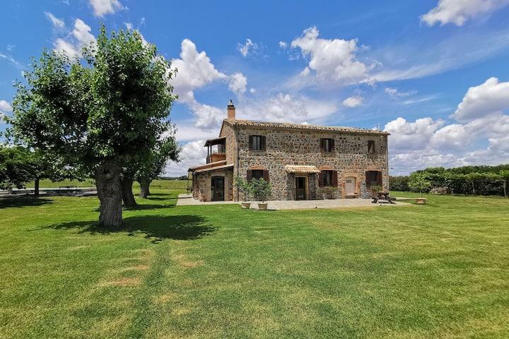 Classy Farmhouse in Castiglione In Teverina with Courtyard