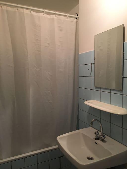 Badkamer met douche en ligbad / Bathroom with shower and bath....