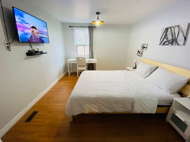 ⭐⭐⭐⭐⭐ Modern Bedroom Smart TV, Downtown Toronto