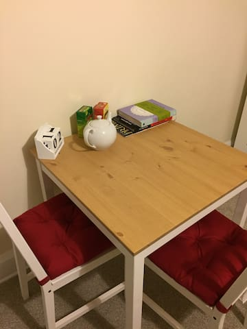 Large Bright Quiet Room Oxford(Female or couples)