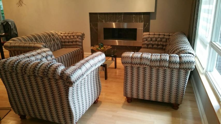 Four Bedroom King Manor In Richmond Hill - Richmond Hill - Bungalow