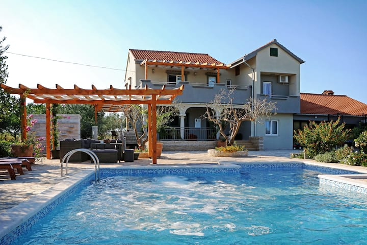 13+ beds pool hause with home gym and a sauna, Nin
