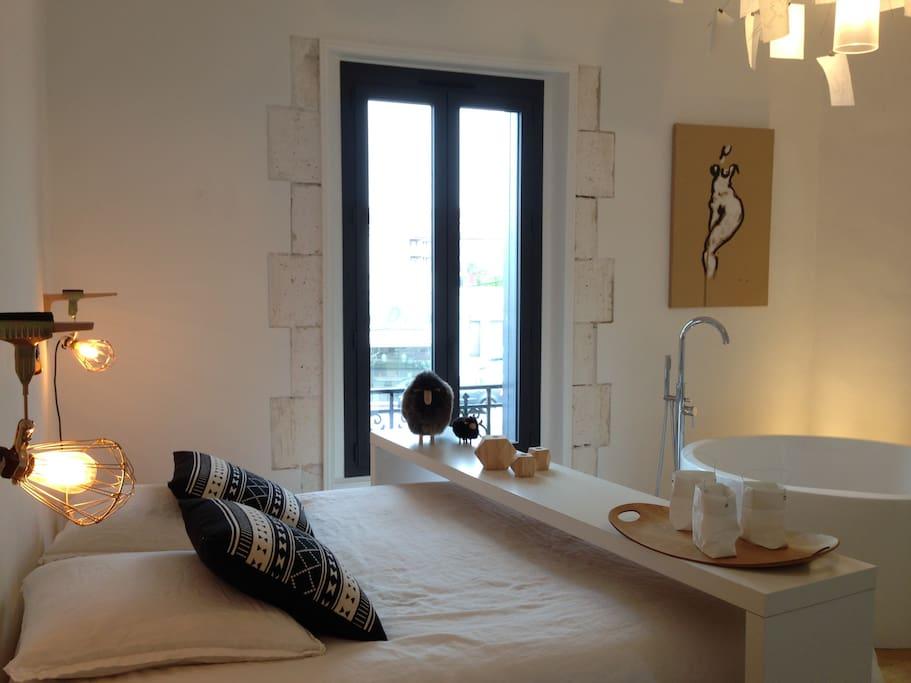 Grande chambre double avec salle de bain