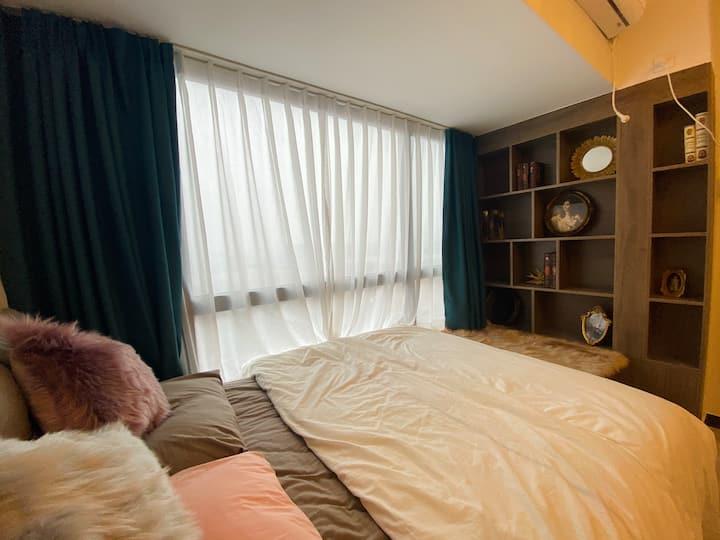 柇熙民宿【巴洛特小屋】高清投影•轻奢一居室•床边落地窗•家电齐全