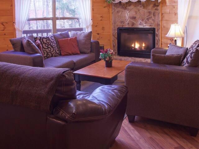"Gatlinburg/Pigeon Forge area **Beautiful Secluded Luxury Cabin ""Hidden Paradise""""**"