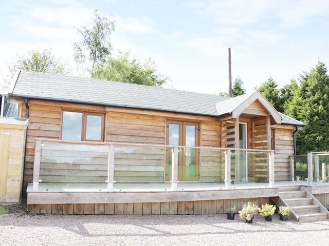 HILL VIEW LODGE 2, family friendly in Stottesdon, Ref 980650