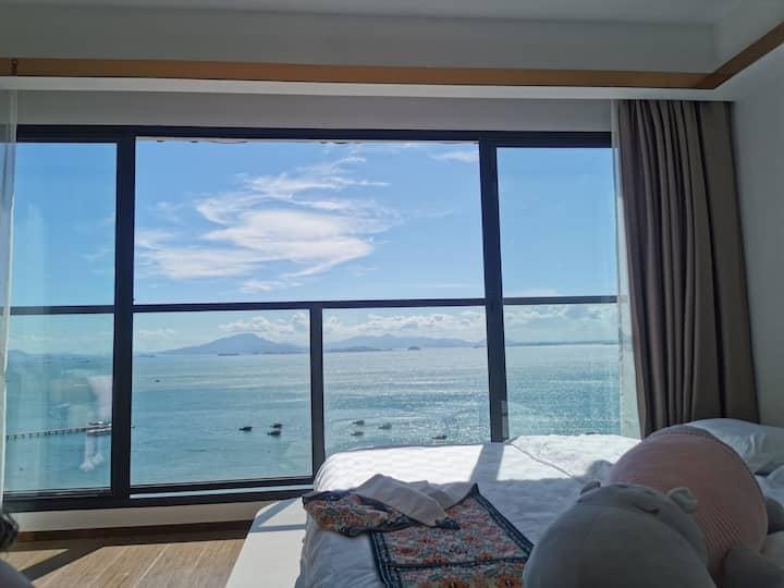巽寮湾海世界度假区,一线高层海景超宽大床房,1.8米可加宽至3.6米榻榻米,吊椅上看日落下楼就是大海