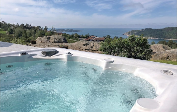 Amazing home in Lindesnes with 3 Bedrooms and Jacuzzi