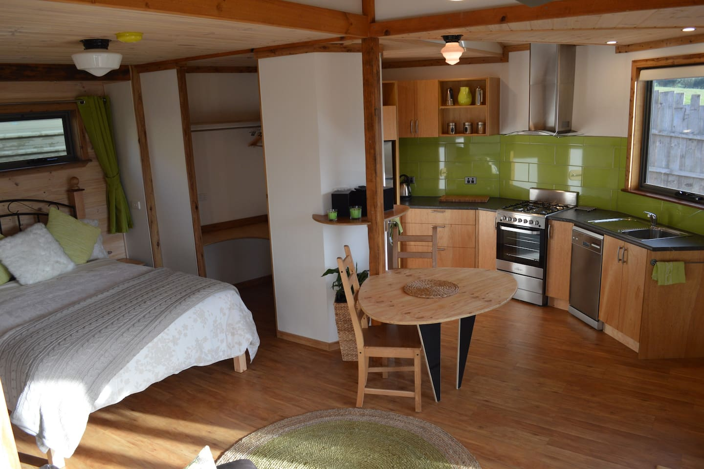 Queen size bed/kitchen/dining