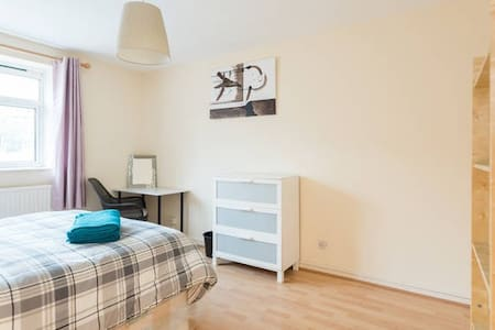 B. AMAZING PRIVATE BEDROOM IN LONDON BRIDGE - London