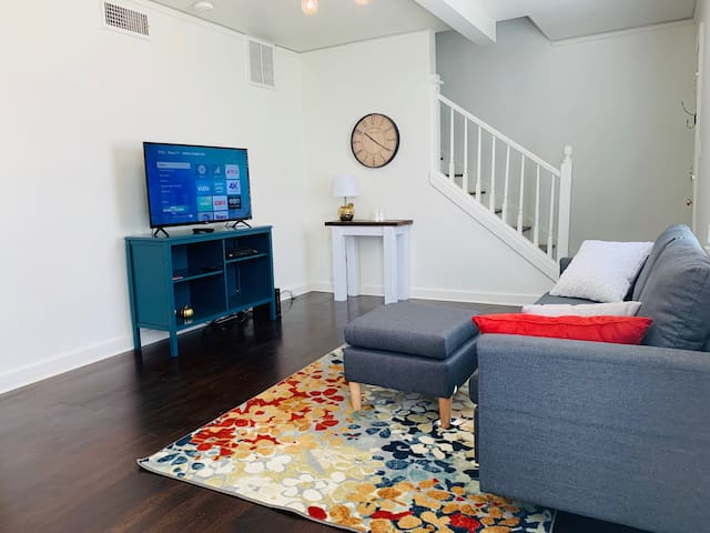 2BR Near Universities, Dining, & Theatres