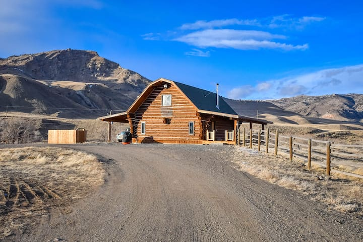 Unique Handcrafted Log Barn - Mountain View's