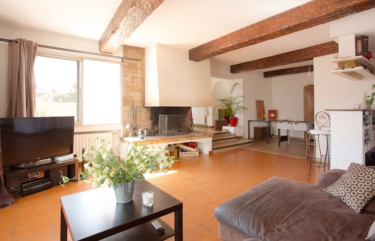 Grand appartement avec terrasse - la crau - Lejlighed
