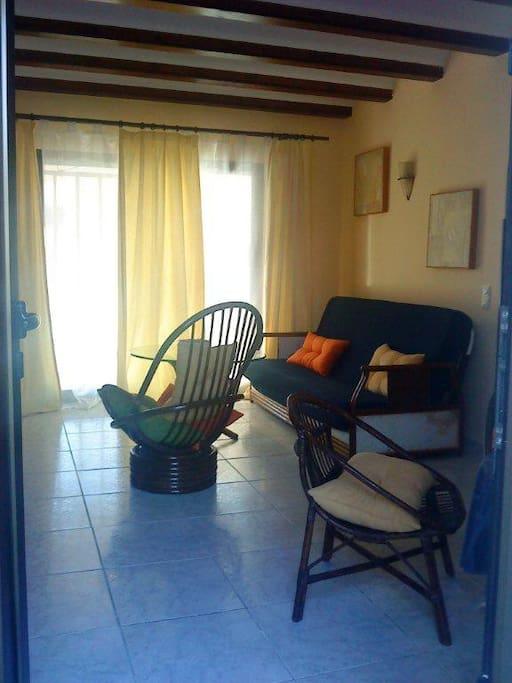 Salón con acceso a la terraza y jardín