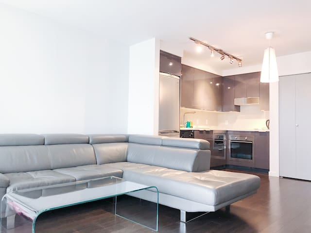 Modern apartment downtown with FREE parking
