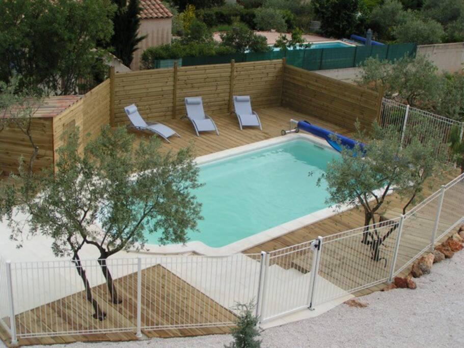 Vue panoramique de la piscine depuis le solarium du 1er Etage
