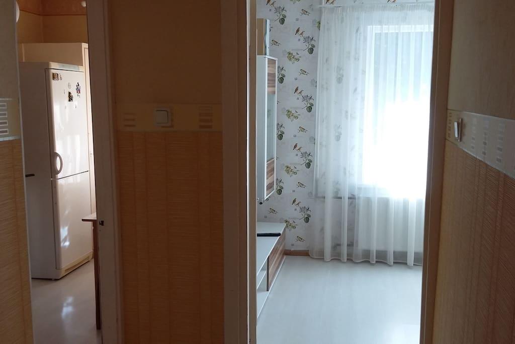 Прихожая: направо - гостиная, налево - кухня