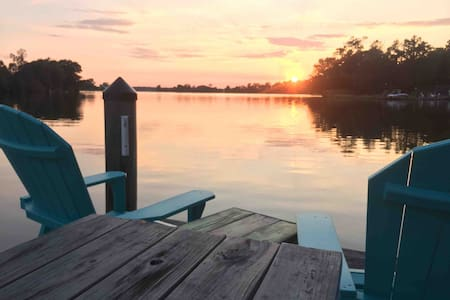 Riverfront Chalet Kayak, canoe or pier, breakfast!