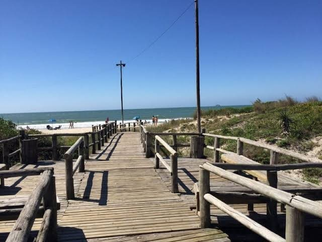 Entrada da praia, na região da Rua das Gaivotas.