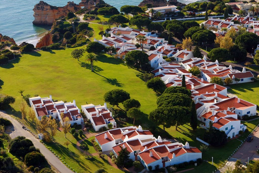 Prainha Village is located by the sea, stretching around 35ha along the cliff, with direct access to the beautiful beaches of Três Irmãos and Prainha. With idyllic views, surrounded by gardens, lawns and flowerbeds.