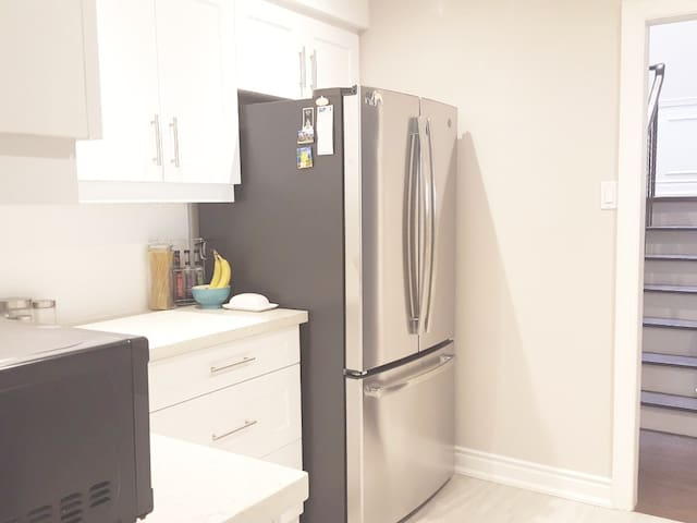 Spacious bedrooms with free parking near 401