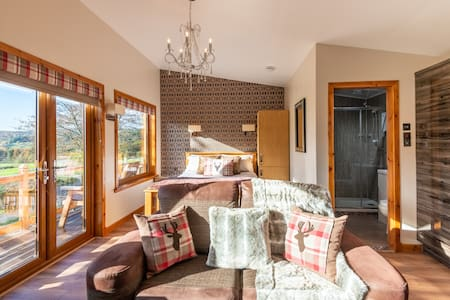 Eilean Aigas Cabin. luxurious, dog friendly cabin.
