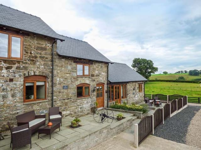 THE STABLES, family friendly in Llanfair Caereinion, Ref 923846