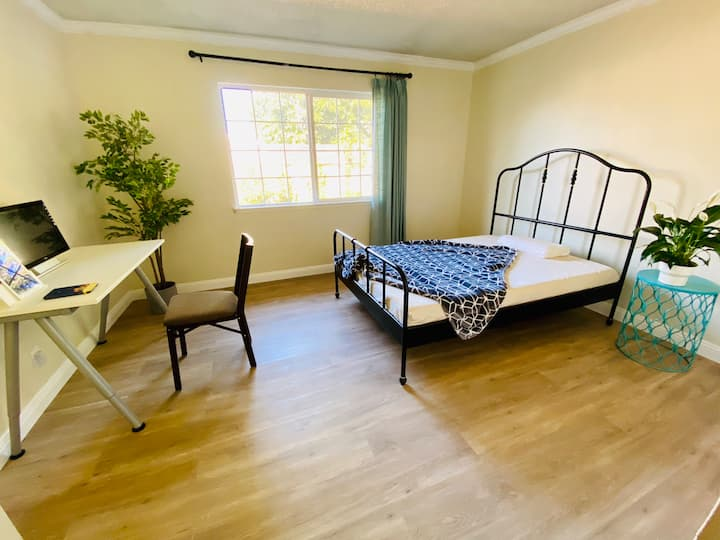 Spacious room with ensuite bath and backyard view