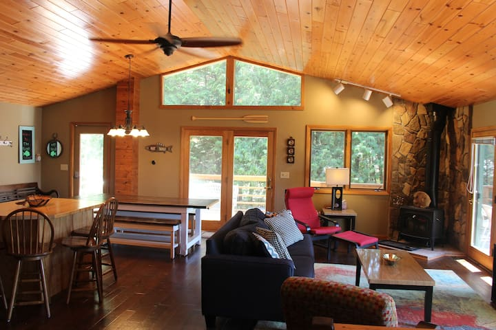 Lakefront retreat - Book now for Winter!