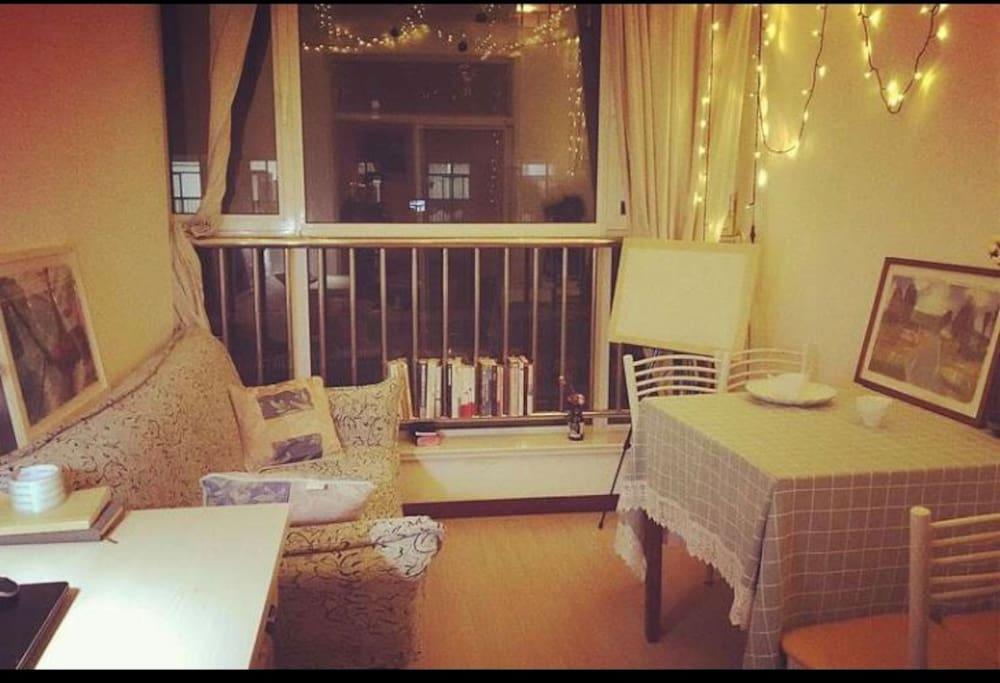这里是书房,有一张沙发可以折叠,展开是床。
