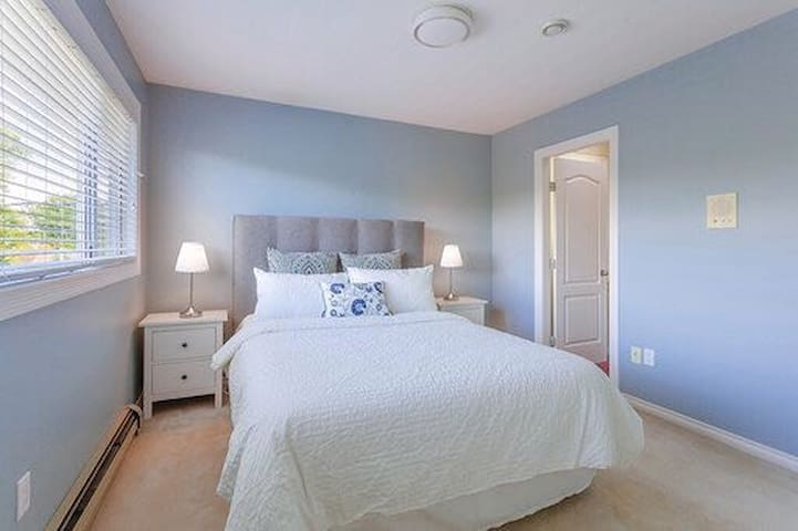 Prime location Spacious Private Bath Queen Bed