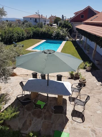 Campo e piscina.