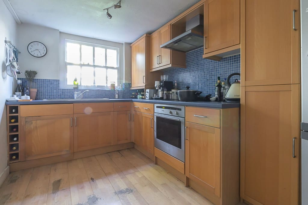 Kitchen, can squeeze 4 round table