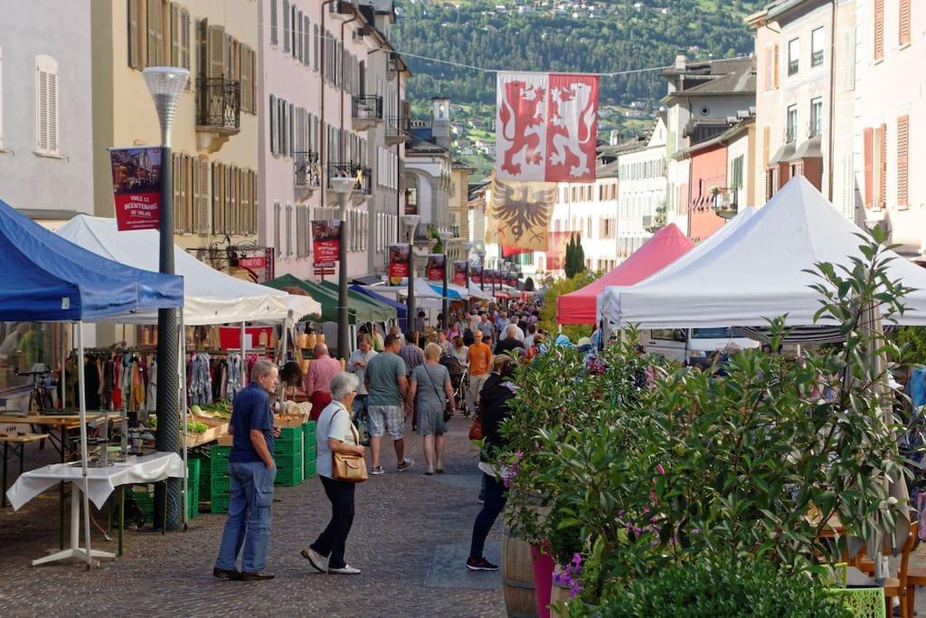 Marché de la vieille ville de Sion, tous les vendredis, à 5km.