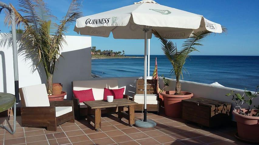 CASA  CON TERRAZA A PIE DE PLAYA EN ESTEPONA - Costa del Sol - Dům