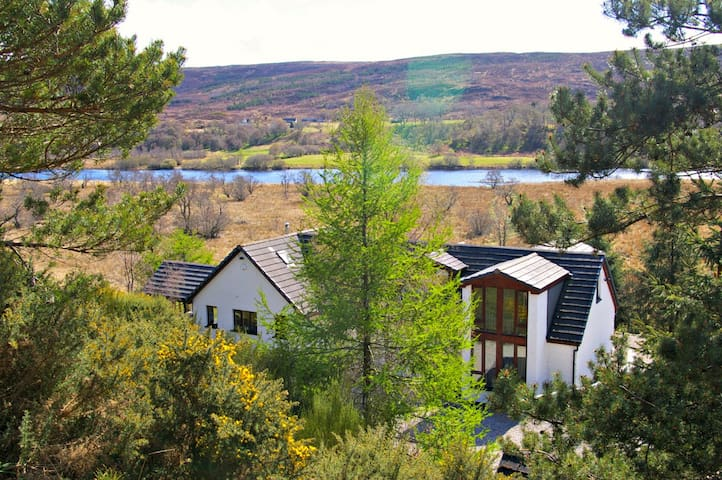 Ceol Mor - Carron - King-size bedroom with Garden View, ensuite bathroom - Lairg