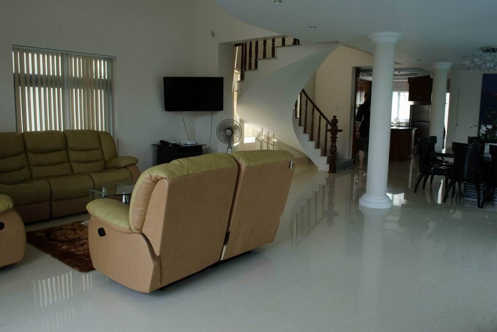 Phòng khách với TV màn hình lớn và hệ thống âm thanh
