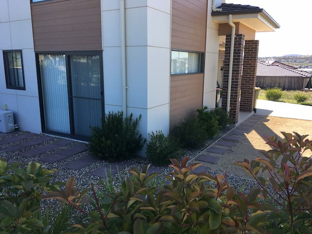 Comfortable self contained unit, 10 minutes to CBD