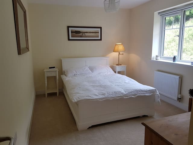 Calm double with private bathroom near Bath.