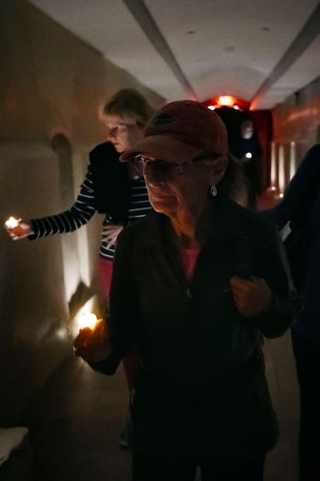촛불로 밝히는 카타콤