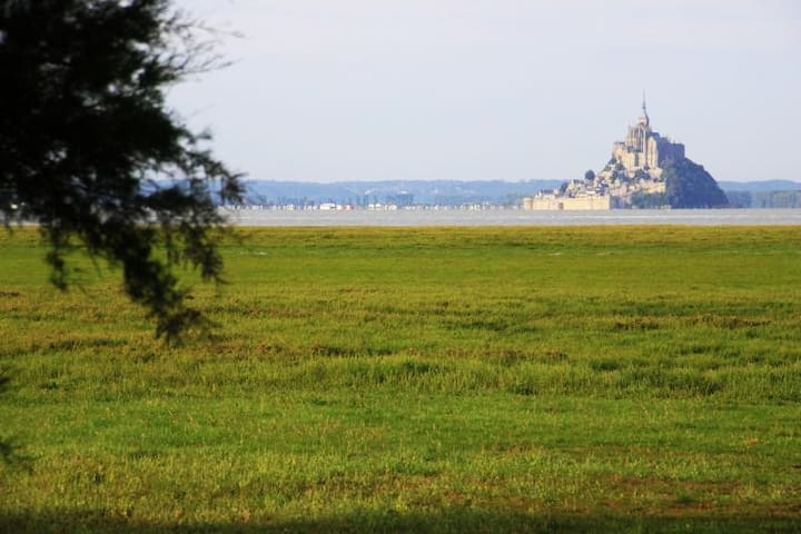 """Vue de la chambre """"Le Mont Saint Michel""""au levé du soleil """""""