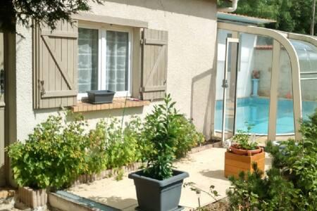 Agréable maison indépendante avec piscine chauffée
