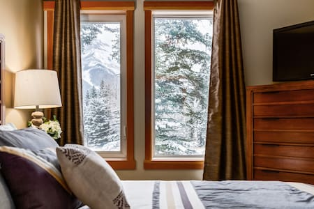 ✿Spacious Getaway near Banff w/ Hot Tub & Pool!✿