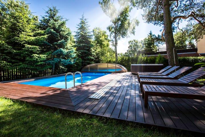 Przytulny pokój z balkonem i widokiem na basen
