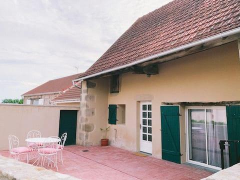 Maisonnette avec terrasse en campagne.